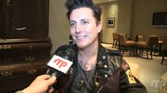 Vídeo entrevista a Synyster Gates en Montreal  http://www.musiqueplus.com/videos/avenged-sevenfold-a-montreal-exclusif-web-1.1264379