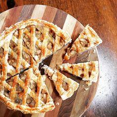秋のほっこりスイーツとして人気のアップルパイ♡でも生地から作るのは難易度が高め…そんな方にオススメが「パイシート」を使ったレシピ!失敗しらずでサクサクのアップルパイを作っちゃいましょう!