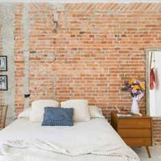 Brick walls, concrete, white floors and cozy textiles meet in this inspiring apartment. Check it out! (in Portuguese)