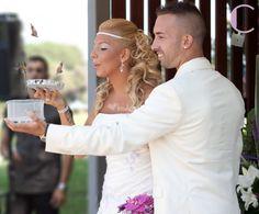 Suelta de mariposas durante la boda
