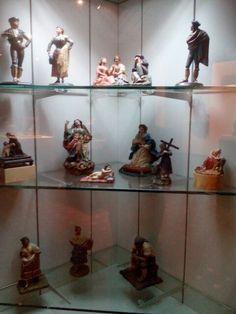 Coleccion de Barros  Los barristas del siglo xix, herederos de la tradicion escultorice granadina, alcanzaron altas cotas artisticas con pequenas obras de tematica popular destinadas a una clientela burguesa y de viajeros