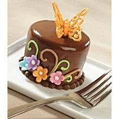 Beautiful treats come in small packages! See how to decorate Wilton's Natural Wonders Mini Cake.