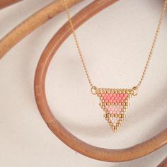 En attendant de trouver des anneaux plus petits ...  #rosemoustache #motifrosemoustache #perles #perlesaddict #defipocahontas #brick #jenfiledesperlesetjassume #mondiyamoi