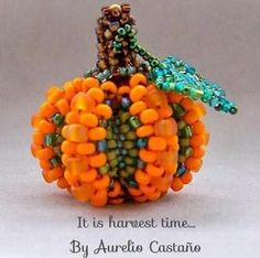 pumpkin-by Aurelio Castano - great layering on the outside for dimension Halloween Beads, Halloween Jewelry, Holiday Jewelry, Pony Bead Patterns, Beading Patterns Free, Free Pattern, Beading Projects, Beading Tutorials, Bead Crafts