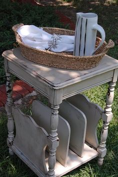 Spray paint table beside couch gray? Recycled Furniture, Vintage Furniture, Cool Furniture, Painted Furniture, Furniture Ideas, Spray Paint Table, Redo End Tables, Beach Themes, Home Decor Items