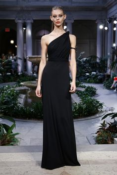 Carolina herrera in 2019 Style Couture, Couture Fashion, Thom Browne, Beautiful Gowns, Beautiful Outfits, Carolina Herrera Perfume, Spring Fashion 2017, Belle Silhouette, Look Formal