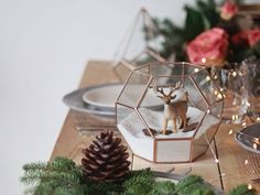 Top your Christmas table with a geometric centerpiece and make it sparkle! Use it as a fairy garden planter to catch up today's trends or decorate it with sand, figurines, pines cones and bottle...