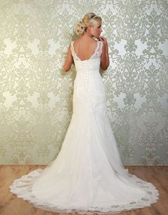 BLONDELL The beautiful lace train has scalloped edges on the overlay, providing exquisite detail and a soft, romantic touch. https://www.wed2b.co.uk/vintage-wedding-dresses/viva-bride-blondell.php