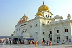Gurudwara Bangla Sahib the Sikh temple in New Delhi India.it was amazing to see the Sikh culture/religion there Jantar Mantar, India Gate, New Delhi, Delhi India, Visit India, Tourist Places, Place Of Worship, Kirchen, India Travel