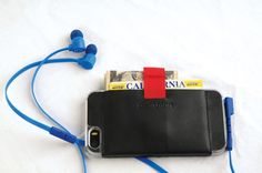 What's In Your Bag: Night Out Essentials #wallet #earbuds #fashion