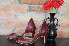 The Day Shoe . Modelo exclusivo feito para noiva Ana Luiza Ralston, cheio de personalidade com pétalas de couro no trazeiro em uma mistura de Marsalla com Prata Velha. Sapato de noiva do jeitinho que você sonha... #sapataodenoiva #sapatosobmedida #feitoamao #sapatoexclusivo #marsala #thedayshoe #sapato #saltoalto #shoe #shoes #wedding