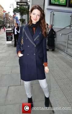 Caitriona Balfe Caitriona Balfe and hair stylist Michael Doyle go for lunch together at Wagamama - Picture) Michael Doyle, Rustic Outfits, Woolen Scarves, Lou Doillon, Star Wars, Vanessa Jackman, Latest Albums, Caitriona Balfe, Inspired Outfits