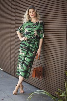 Estampa - Total Print - Calça Cropped - Look - Street Style - Etoiles - Regina Rios - Bolsa - Franjas - Telha - Sandália - Sapato - Nude
