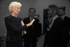 La présidente du FMI Christine Lagarde avec Sean Penn et le secrétaire général des Nations unies Ban Ki-moon en 2015. | On a fait disparaître les hommes de photos officielles françaises