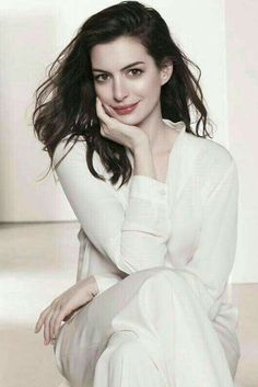 by Michellisphoto Photography Aesthetics Self Portrait Simple Sort Hair Curly Wavy Bob Makeup People Girl Hands Anne Hathaway, Anne Jacqueline Hathaway, Prettiest Actresses, Beautiful Actresses, Beautiful Brown Eyes, Beautiful Women, American Actress, Pretty Woman, Beauty Women