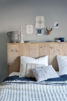Il faut ici fabriquer un coffrage qui servira de tête de lit au moyen de planches que l'on a préalablement sciées à la même longueur. C'est le même principe que pour la création d'une tête de lit palette, sauf que l'on utilise des planches plus larges et en bois brut. Pour les finitions, préférez une patine de couleur naturelle, une cire pour valoriser l'aspect bois. A noter que ce type de tête de lit pas cher peut vous dispenser de tables de chevet si votre chambre est petite.