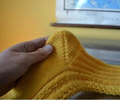 Katso kuvalliset ohjeet tiimalasikantapään neulomiseen ja lue, miten vältät yleisimmät virheet. Drops Design, High Socks, Fingerless Gloves, Arm Warmers, Knitting, Crochet, Fingerless Mitts, Thigh High Socks, Tricot