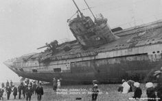 German U-Boat Submarine Washed ashore in Hastings-Sussex (England) Some or almost half, of the 380 U-boats used by the German navy in World War I were lost. Several U-boats with the German Imperial Navy are still considered missing today. World War One, First World, Old Pictures, Old Photos, Vintage Photos, Triple Entente, Rare Historical Photos, German Submarines, Luftwaffe