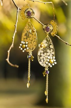 ゴールドとパ―プルが印象的なピアス!桜のモチーフの透かしとユニークなディテールから東洋のテーストを感じるピアス♪長さ:約11.5㎝ |ハンドメイド、手作り、手仕事品の通販・販売・購入ならCreema。