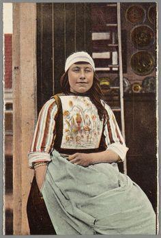 Jonge vrouw in Marker dracht voor geopende deur van een Marker huisje. 1910-1920 #NoordHolland #Marken