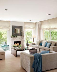 """Una gran """"L"""" frente al hogar  La zona de tertulia se ha situado con los sofás en L, encarados hacia la chimenea y alrededor de una mesa auxi..."""