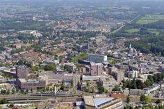 Het bijzondere aan Almelo is dat het water en groen tot in de binnenstad terugkomen. Neem bijvoorbeeld Huize Almelo. Het eeuwenoude kasteel en de rustgevende natuur lopen hier naadloos over in de binnenstad. Daarnaast staan er in de stad vele gebouwen met prachtige architectuur die nog dateren uit de tijd van de rijke textielindustrie.