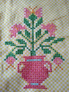This Pin was discovered by HUZ Cross Stitch Sea, Cross Stitch Flowers, Blackwork Patterns, Quilt Patterns, Hand Embroidery Stitches, Hand Stitching, Bordado Tipo Chicken Scratch, Chicken Scratch Embroidery, Weaving Designs