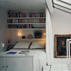 Une chambre mezzanine dans une alcôve