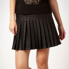 Black faux leather pleated skater skirt (49 BRL) ❤ liked on Polyvore featuring skirts, women's clothing, faux leather skater skirt, vegan leather skirt, faux leather circle skirt, skater skirts and pleated circle skirt