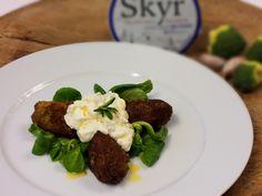 Výborné krokety ze syrové brokolice a výrazného čedaru podávané se svěžím dipem z Islandské pochoutky SKYR a restovaného česneku.