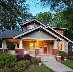 The bungalow style home is associated with the architectural style of the Arts and Crafts bungalow. A bungalow style home is synonymous with good feeling. Craftsman Porch, Craftsman Style Bungalow, Craftsman Exterior, Bungalow Homes, Craftsman Bungalows, Craftsman Homes, Bungalow Porch, Craftsman Kitchen, Bungalow Haus Design