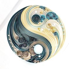 Yin yang in Filigraan kunst Arte Quilling, Paper Quilling Cards, Paper Quilling Flowers, Paper Quilling Patterns, Origami And Quilling, Quilled Paper Art, Quilling Paper Craft, Origami Paper, Paper Crafts
