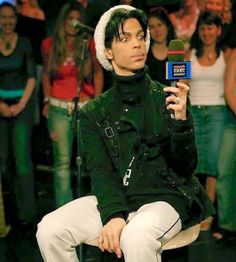 Prince - Prince being interviewed on Canadian music show Much More Music, photo by Afshin Shahidi, 2004 Prince And Mayte, Prince Images, The Artist Prince, Roger Nelson, Prince Rogers Nelson, Purple Reign, Most Beautiful Man, American Singers, Record Producer
