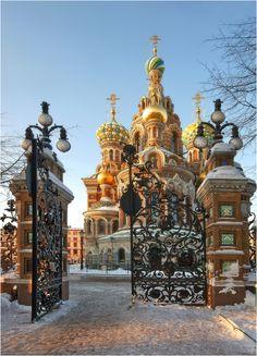 Enmarcada por la verja del Parque Mikhailovsky, la impresionante Iglesia del Salvador sobre la Sangre Derramada, junto al canal Griboyedov, en San Petersburgo