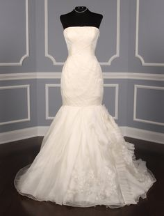 This 100 % Authentic Vera Wang Noelle 120514 X wedding dress is a true work of art! The silk organza & circle pattern Chantilly lace gives this gown its couture look. Now up to 90% Off Retail! #verawang