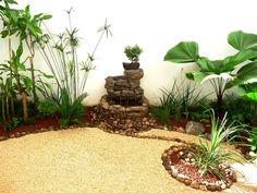 modelo de jardin pequeño en patio con fuente de agua, piedras y bonsai