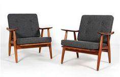 Lænestole med stel af massivt teaktræ, skumhynder betrukket med koksgrå Camira uld. Formgivet i 1960. Hans J. Wegner, 1914-2007. Fremstillet hos Getama, model GE-270. H. 76 cm, B. 68 cm, sædehøjde 39 cm. Litt. Noritsugu Oda, 'Hans J. Wegner's 100 Chairs' s. 45.<br><br>Nypolstret ved professionel møbelpolster. (2)