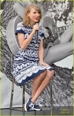 Taylor Swift Photos - Taylor Swift speaks onstage during the Taylor Swift for Keds style icons event on May 2014 in Glendale, California. - Taylor Swift Teams Up with Keds Taylor Swift Moda, Estilo Taylor Swift, Taylor Alison Swift, Swift 3, Quoi Porter, Kelly Osbourne, Frilly Dresses, Casual Dresses, Look Fashion