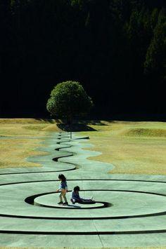 室生の山奥にある芸術の森公園。<br />世界的にも有名なダニ・カラヴァンの作品がなぜかこんな田舎の山奥に。<br /><br /><br />いつものお友達と行ってきました。<br />女子(3歳・4歳)男子(1歳)とママ2人<br /><br />雲一つないいい天気です!!