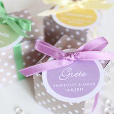 Süßes Gastgeschenk für Hochzeit, Taufe, Geburtstag…  Kleine Schachtel gefüllt mit 5 weißen Hochzeitsmandeln mit Schleife und Namensschild (auch ohne N