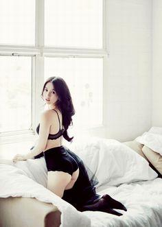 Ngọc Trinh đẹp mê mẩn trên giường