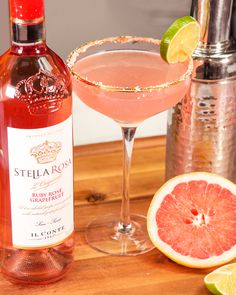 Cheer up with this refreshing Winter cocktail. Both sweet and sparkling, this treat will have you wanting to taste more. Moscato Punch, Moscato Wine, Alcohol Drink Recipes, Wine Recipes, Stella Rose Wine, Henny Colada, Stella Rosa, Easy Christmas Cookie Recipes, Happy Hour Drinks
