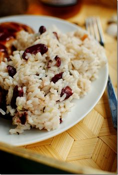 Jamaican Red Beans & Rice recipe with green onion, garlic, and coconut milk. And Jamaican jerk chicken recipe Rice Recipes, Cooking Recipes, Veggie Recipes, Recipies, Red Bean And Rice Recipe, Puerto Rico, Good Food, Yummy Food, Delicious Recipes