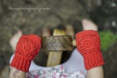 free crochet pattern, child's fingerless gloves. So cute! Thanks for sharing this beauty xox