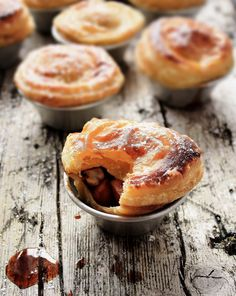 Aromatic apple tarts  Ingredients: 12 to 13 tarts  800 g puff pastry  500 g apples cut into small cubes (golden or starking)  150 light muscovado sugar  2 tsp allspice  2 tbs Amêndoa amarga (portuguese almond liqueur)  Milk to paint the tarts