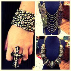 Bracelete, colar e anel de cruz envelhecidos.