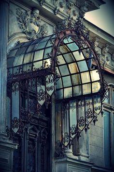 Planetgramma: gatsbywise: Nicely designed iron and glass entry...