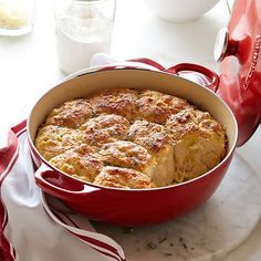 Rosemary Cheese Bread in Le Creuset Dutch Oven. A great addition to your Thanksgiving table! (Baking Bread In Crockpot) Dutch Oven Bread, Dutch Oven Cooking, Dutch Oven Recipes, Cast Iron Cooking, Amish Recipes, Le Creuset, Iron Chef, Cheese Bread, Carne