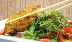 """Der Partner oder – frei nach dem Motte: Männer die kochen sind unwiderstehlich – die Partnerin kommt heim, der Besuch ist auch im anrollen und es soll schnell etwas wirklich leckeres und """"schickes"""" auf den Tisch? Hähnchen im Gemüsebeet! Hähnchenbrustfilet sollte ja sowieso immer im Kühlschrank und etwas frischer (!) Salat auch beschaffbar sein. Also steht der gemütlichen Überraschung nichts mehr im Wege.  Was benötigen wir? 500 g Hähnchenbrustfilet I je 2 Friseesalate und große…"""