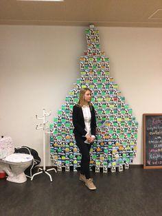 Sovituksenkirkon nuorten tilan mielenkiintoinen näyttely - Sanni opastaa